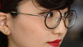 জাপানে কর্মক্ষেত্রে নারীদের চশমা পরায় নিষেধাজ্ঞা