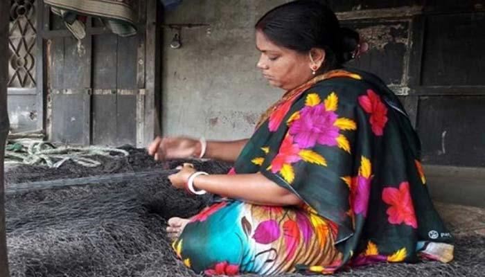 নারীর হাতে তৈরি হচ্ছে জাল :  মাছ ধরবে পুরুষ