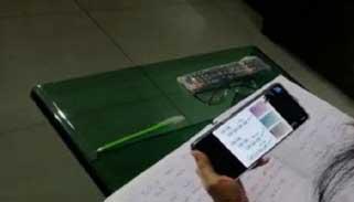 দরিদ্র শিক্ষার্থীদের মোবাইল কিনতে টাকা দেবে সরকার