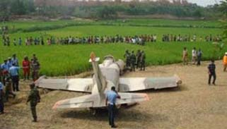 টাঙ্গাইলে বিমানবাহিনীর প্রশিক্ষণ বিমান বিধ্বস্ত,উইং কমান্ডার নিহত