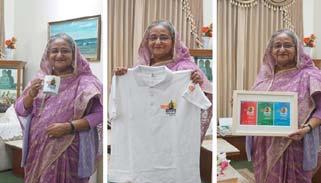 জয় বাংলা কনসার্টের টি-শার্ট, মগ ও পোস্টার প্রধানমন্ত্রীর হাতে