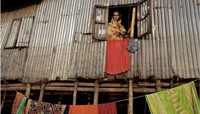 বস্তিবাসীর আবাসন: 'রান্না, গোসল, টয়লেট সবখানেই লম্বা লাইন'