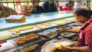 লকডাউন উপেক্ষা করেই কলকাতার মিষ্টির দোকানগুলোতে উপচে পড়া ভিড়