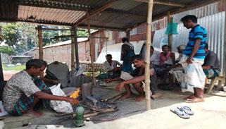 ভালুকায় ঈদকে সামনে রেখে ব্যস্ত কামার শিল্পের কারিগররা