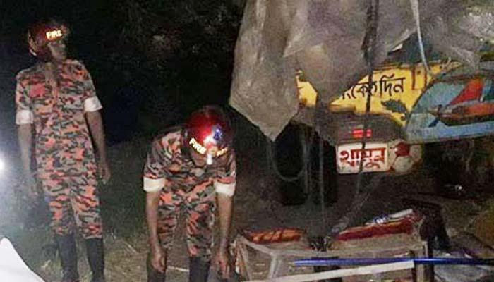 গোপালগঞ্জে দাঁড়িয়ে থাকা বাসে ট্রাকের ধাক্কা : নিহত ৩