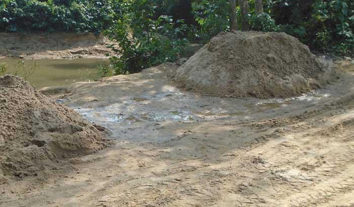 কমলগঞ্জেঅবৈধভাবে পাহাড়ি ছড়ায় বালু উত্তোলন :হুমকিতে পরিবেশ
