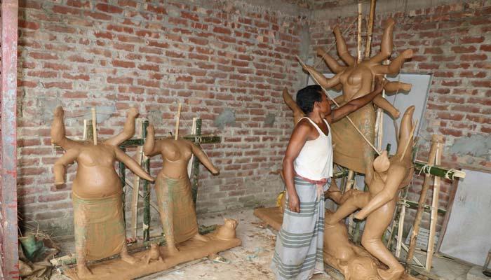আক্কেলপুরে জমে উঠেছে প্রতিমা তৈরির কাজ