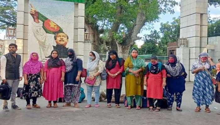 ভারতে পাচার হওয়া ১২ নারী দেশে ফিরলেন